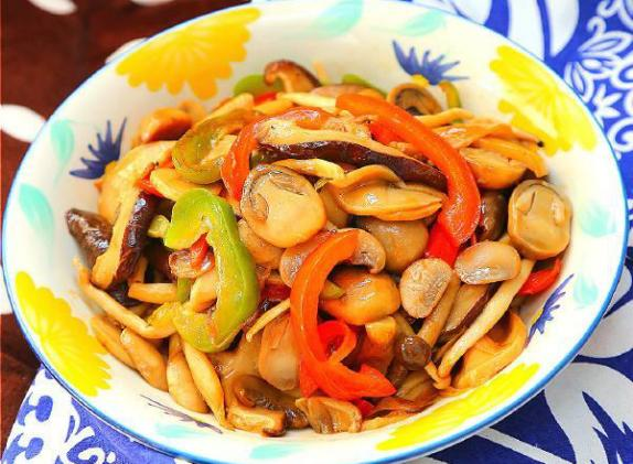 优选美食:三鲜小馄饨,凉拌菠菜,香辣土鸡爪,蚝油菌菇的做法