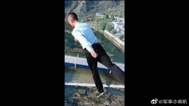 见识一下退伍军人的蹦极,跳下去的一幕,真为我们中国军人长脸!