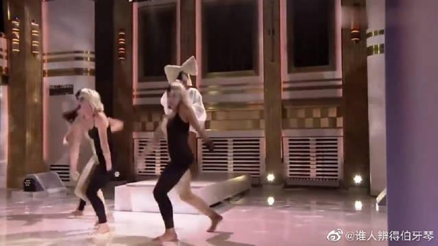 Sia公告牌冠军单曲,这造型有点另类,伴舞也是十分抢镜!