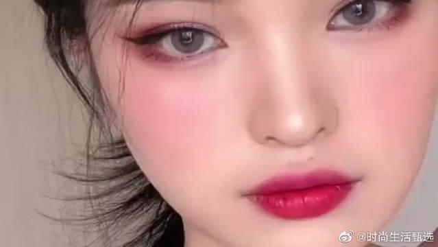 梅子色微醺妆,精髓就是眼线要挑,嘴唇要红