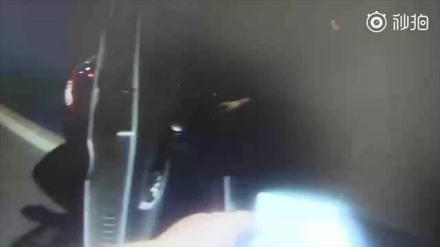 司机开车抽烟被查称运的是冥票 交警打开车门发现120箱烟花...