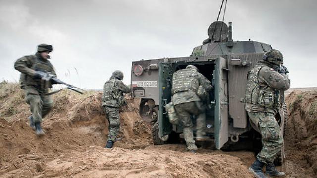 美军大量增兵俄边境,特朗普随时可能发动战争,白宫顾问发出警示