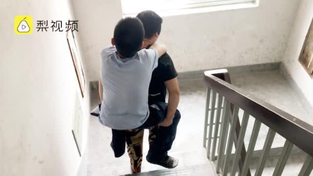 残疾男孩自幼被遗弃,养父母们接力抚养18年,把他背进大学