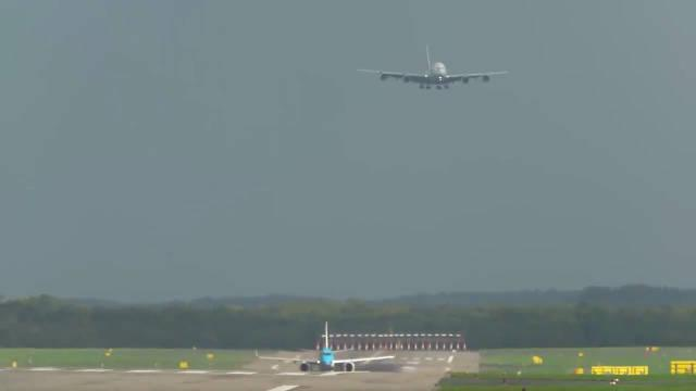 空客A380客机,狂暴降落,请注意机翼的变化!