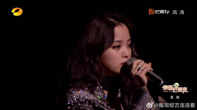 欧阳娜娜与张颜齐青春芒果夜献唱《平凡的一天》……