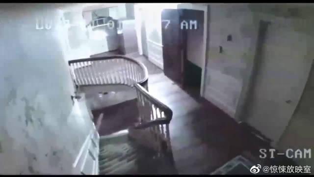 家人用监控录下老奶奶半夜的反常行为……