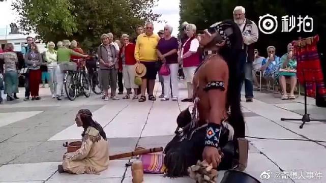 印第安艺术家街头表演电影「最后的莫西干人」的原声……
