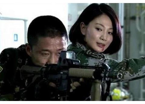 """和吴京搭档的她被称""""军旅界女神"""",穿上军装飒爽,脱下军装更美"""