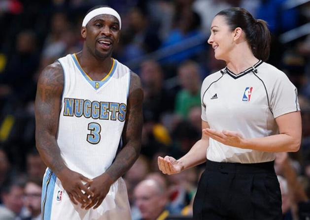"""NBA最美女裁判,曾整的保罗没脾气,却被小托马斯""""吃豆腐"""""""