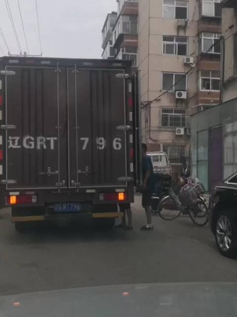 如此占路卸货影响他人通行,好吗 网友吐槽发生在锦州街头的一幕