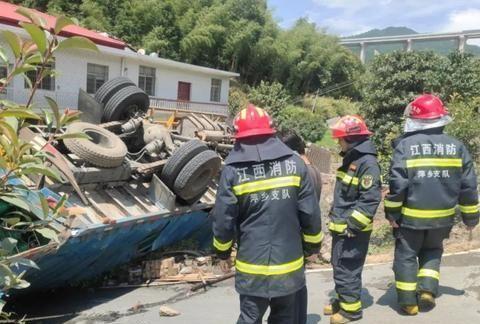 昨天上午11点42分,萍乡市319国道发生危险一幕