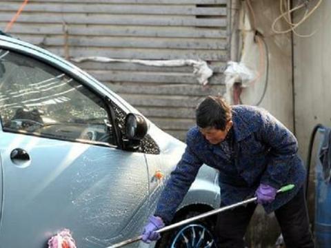 如何应对车内灰尘增多?老司机:别用毛巾擦,我教你三招