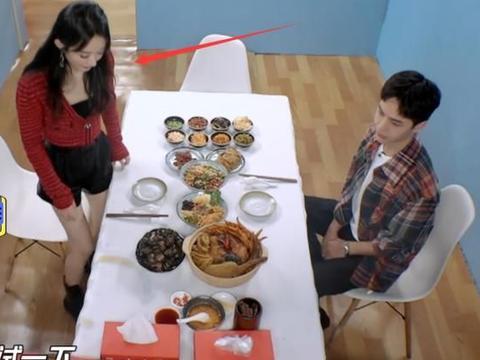 王一博给赵丽颖夹螺蛳粉,当看清碗里的汤料,原谅我口水流一地