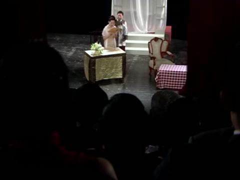 上海王:美女的情敌好好的站在台上唱歌,原来是帅哥救了她