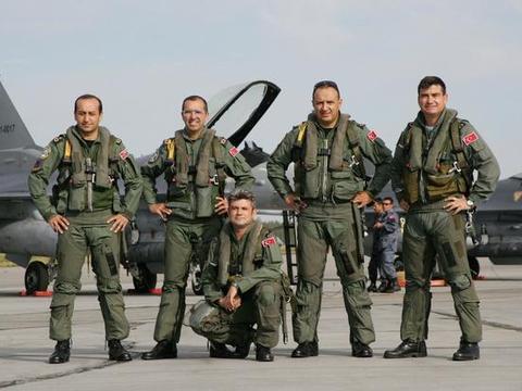 土耳其增兵两万,援助自己的老对手,亚美尼亚开始三军总动员