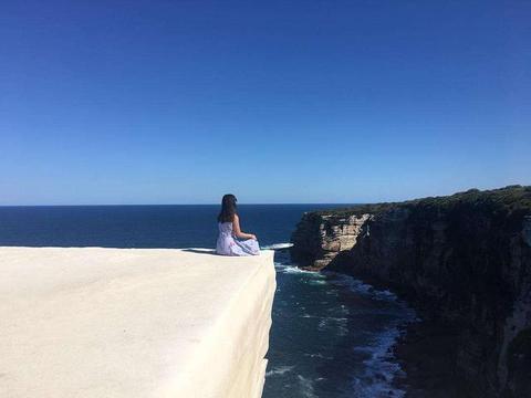 """澳洲最美的""""蛋糕岩"""":濒临大海拍照奇美,重金罚款都挡不住游客"""
