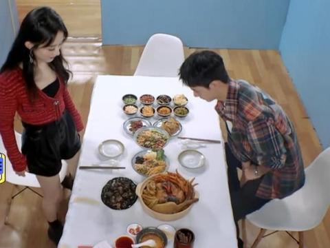 王一博和赵丽颖吃螺蛳粉,谁注意丽颖坐下时的举动?太小心了