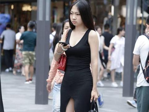 黑色无袖修身长裙,搭配红色尖头细跟凉鞋,好看又很显身材