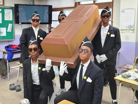 韩学生涂脸扮黑人抬棺,遭加纳籍韩星怒斥,正版抬棺团长回应