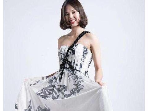 龚翔宇露肩裙,身材凹凸有致,笔直修长,锁骨清晰可见,美艳动人