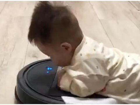 宝宝玩耍时秒变扫地机器人,网友直呼:这个机器人金贵可真用不起