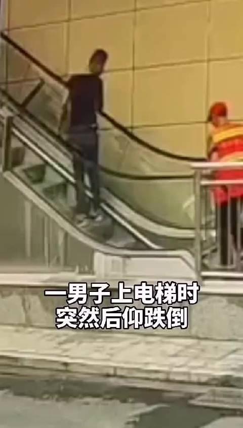 男子电梯突然跌倒,路过退伍军人挺身而出!