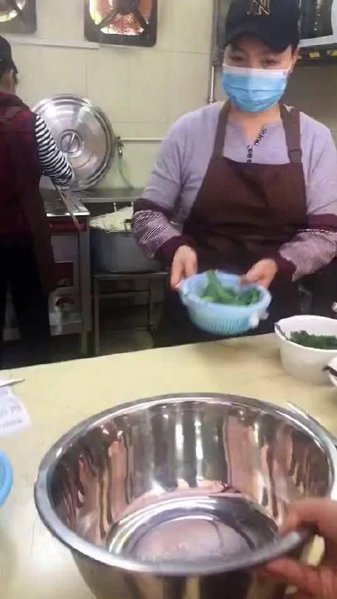 广西螺蛳粉的正确打开方式,看到口水都流出来了! cr.李竹一