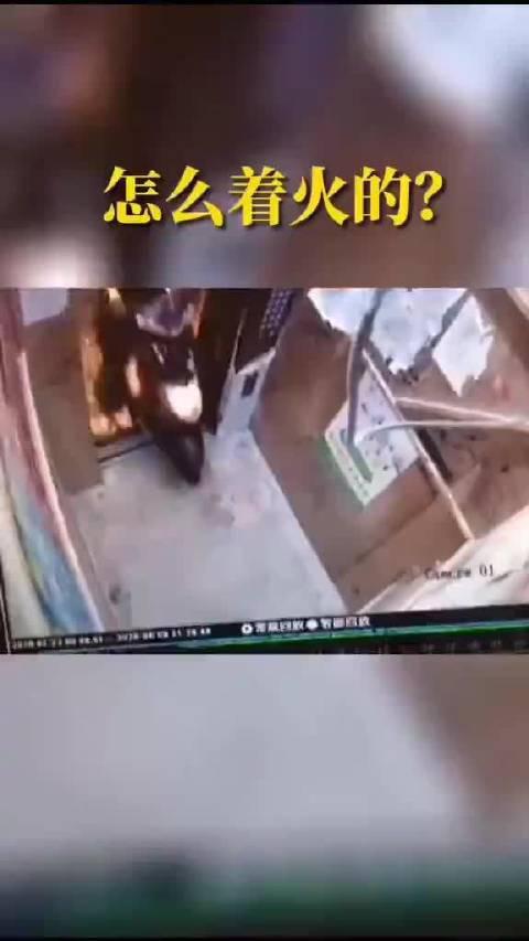 监控视频拍下的电动车进入电梯后冒烟