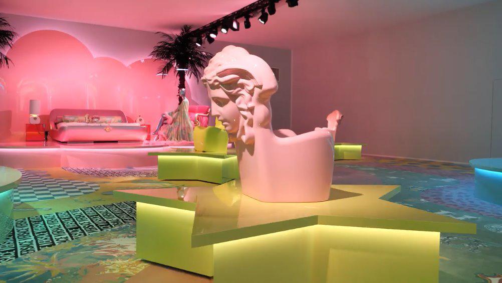 Versace 与室内设计师Sasha Bikoff ……