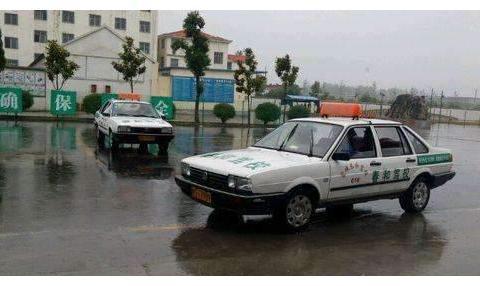 驾考时一场暴雨,30多个学员全部挂科,教练:补考费交一下