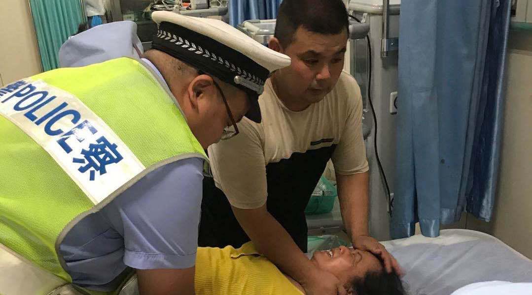 路人求助口服除草剂,交警火速送医救治