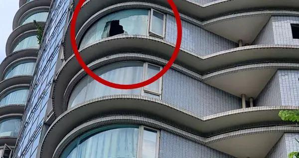 小区高层阳台玻璃突然爆裂,幸亏未伤及楼下行人