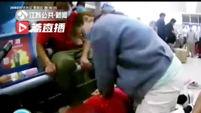 医学生火车站跪地施救 黄金四分钟救下心脏骤停女子