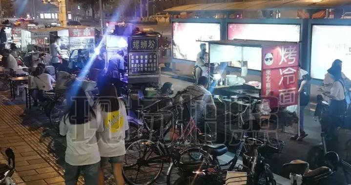 西王地铁站附近占道经营影响通行 街道办及时处理