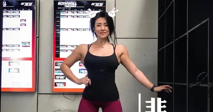 华人健身女神Lara殿,女生健身也不弱,练流瑜伽串联体式排毒减肥