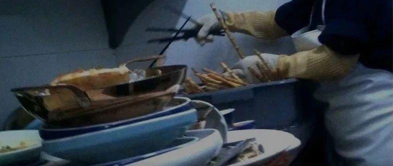"""绿茶餐厅翻车了!给客人吃""""口水菜""""、熟食放垃圾桶盖上……"""