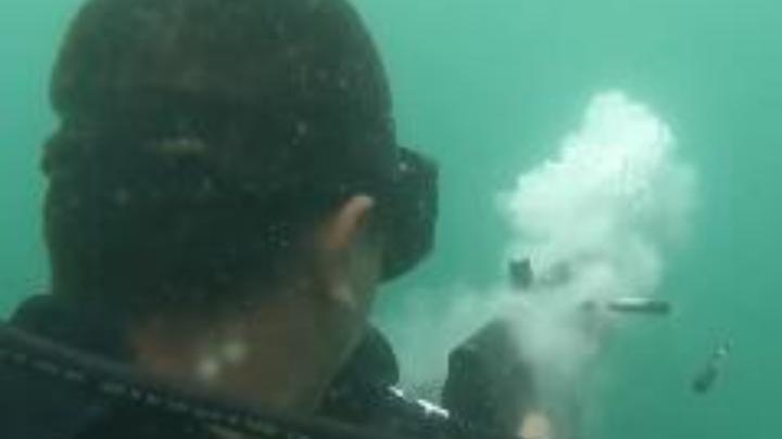 中国人民解放军海军蛟龙突击队水下实弹射击画面曝光,超酷!