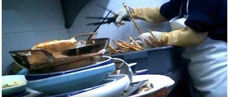 """视频让人看吐!这家餐厅后厨被曝光:给客人吃""""口水菜""""、熟食放在垃圾桶盖上…"""