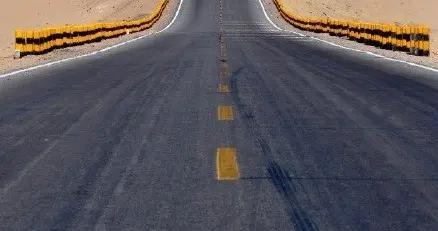 险被撞还嬉笑?青海315国道网红公路游客扎堆拍照,已致8交通事故。律师表示:违法