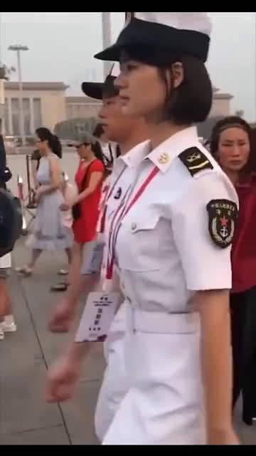 行走的海军小姐姐,真是又美又飒!