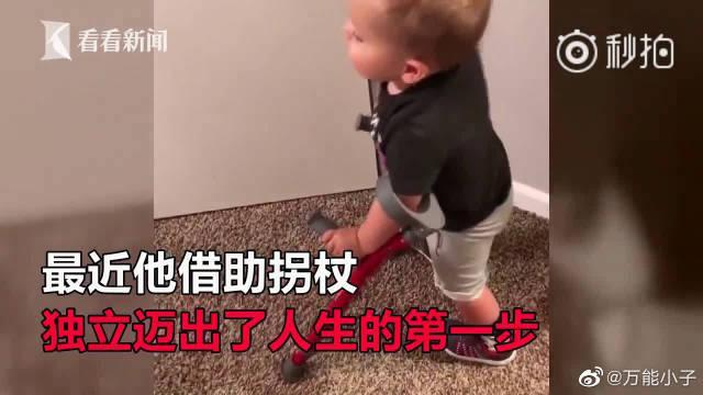 """2岁脊柱裂男孩向狗炫耀走路 网友称看到""""希望"""""""