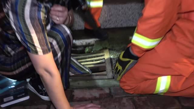 女子脚卡下水道栅栏,消防破拆后紧急送医,事发阜阳市太和县