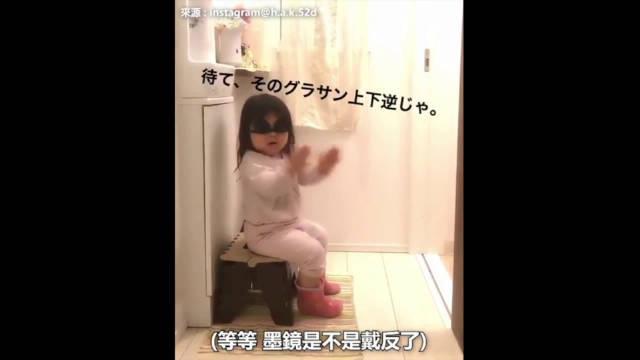 萌化,日本小妹妹担心哥哥拉不出来,在门口给哥哥加油打气!