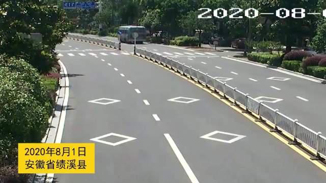 8月1日上午,宣城绩溪县龙川大道一处斑马线上……
