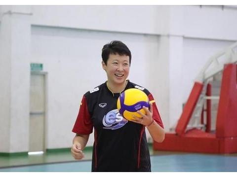 冯坤与老公教泰国选手打排球,生娃后发福明显,面色红润幸福满溢