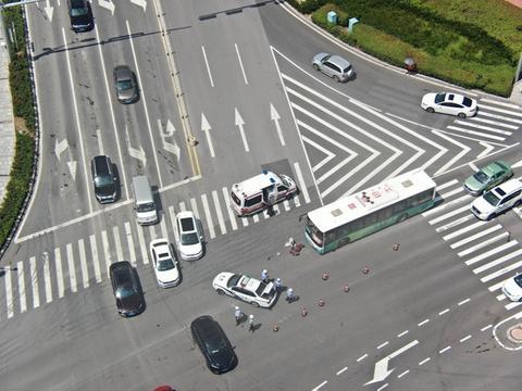 """路口车辆出事故 青岛开发区交警为伤者开辟""""绿色通道"""""""