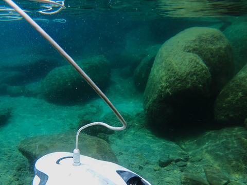 我国首台水下智能清洗机器人投入商用