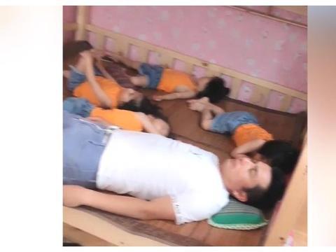 爸爸带着四胞胎睡觉,场面太壮观,看来只有睡着了才能轻松下来
