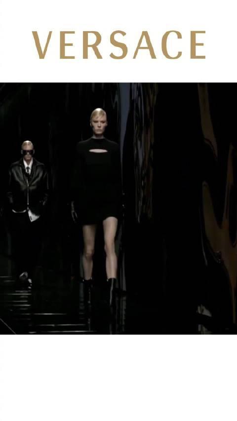 2020米兰秋冬时装周Versace 范思哲:解读男和女拥有同样强大的力