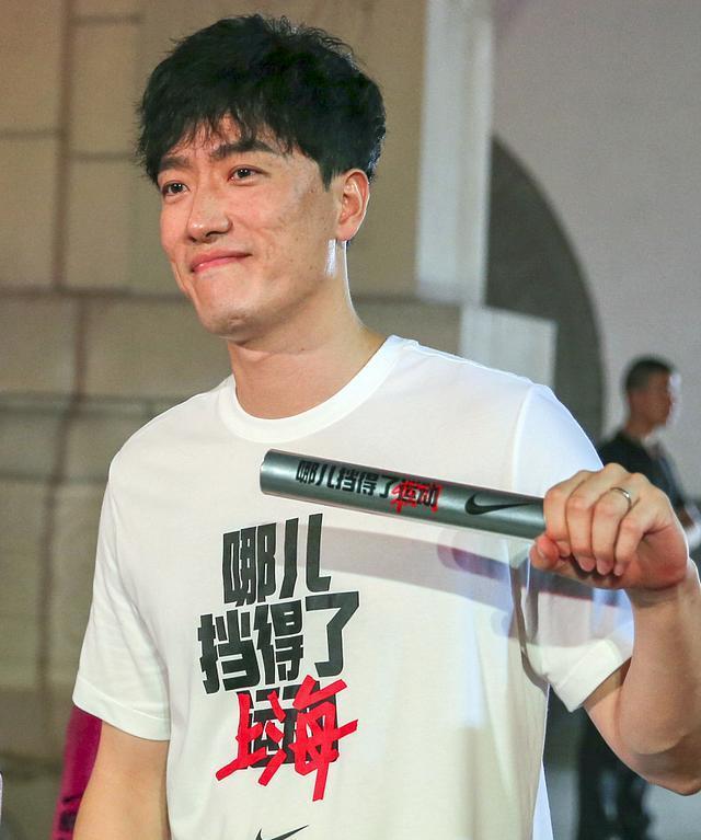 久违!田径冠军刘翔现身跑步活动现场,挥手时无名指婚戒格外抢眼